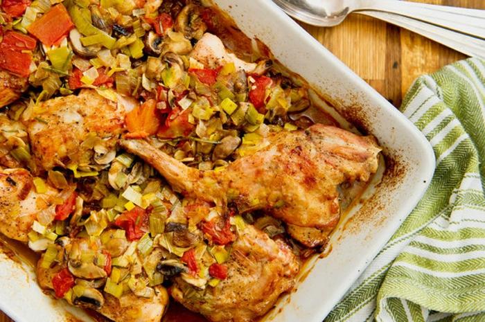 lapin rôti au romarin, garni de champignons, recette de paques italienne pour un repas pascal, plat principal