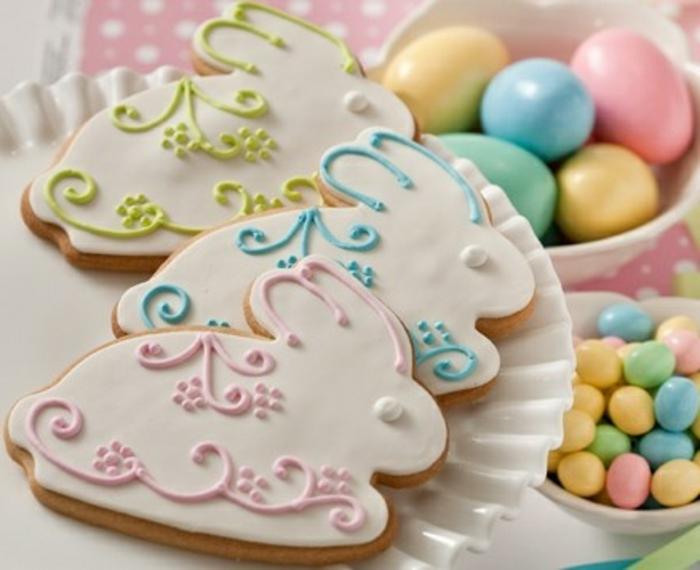 sablés de paques en forme de lapins de paques, glacage chocolat, décoration motifs floraux, idée de dessert de paques