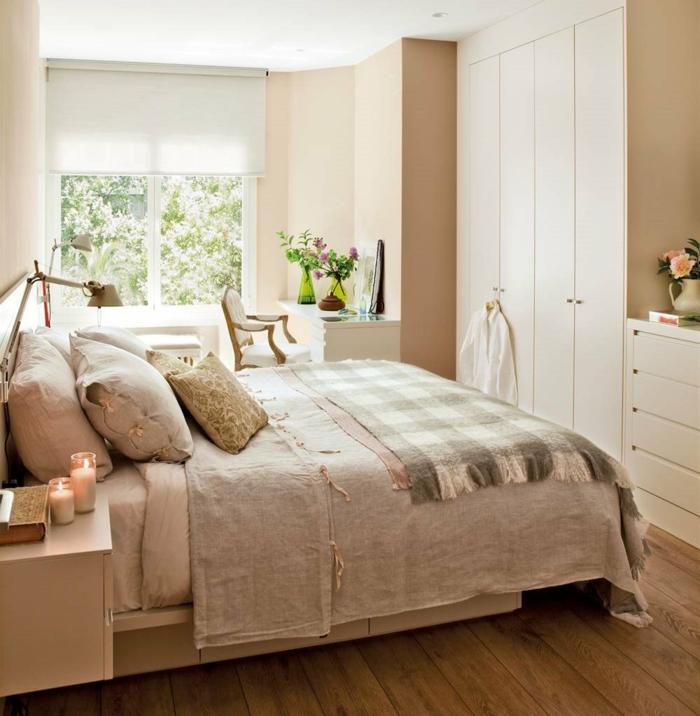 lit douillet, grande fenêtre, bouquet de fleurs, couverture de lit taupe