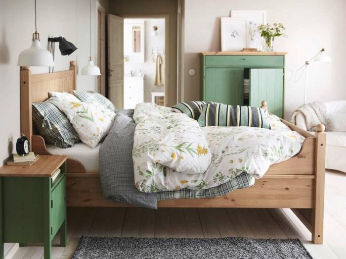 lit douillet, cadre de lit en bois, armoire verte, couverture blanche à motifs floraux