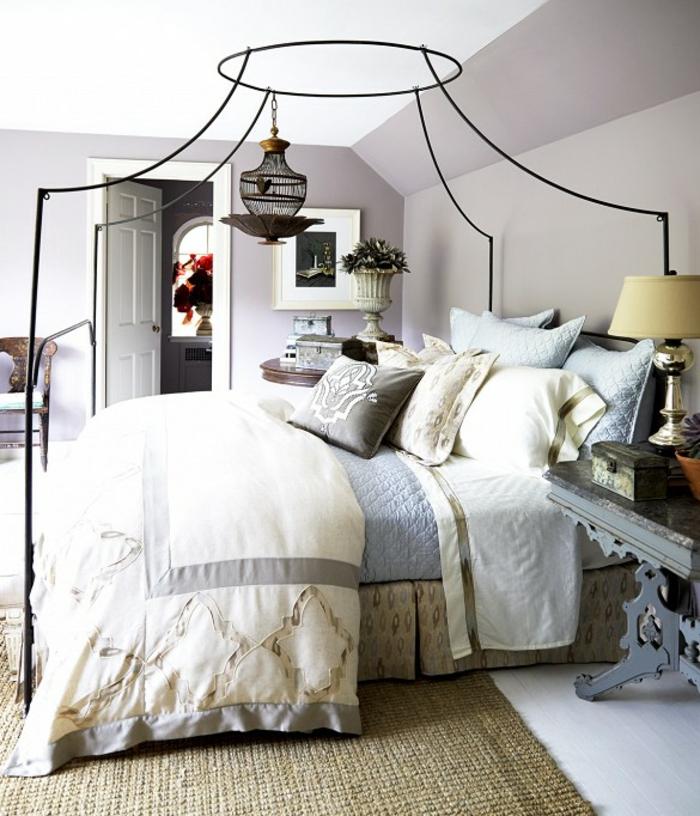 comment faire un lit au carré, tapis kaki, cadre de lit en fer forgé, oreillers turquoise
