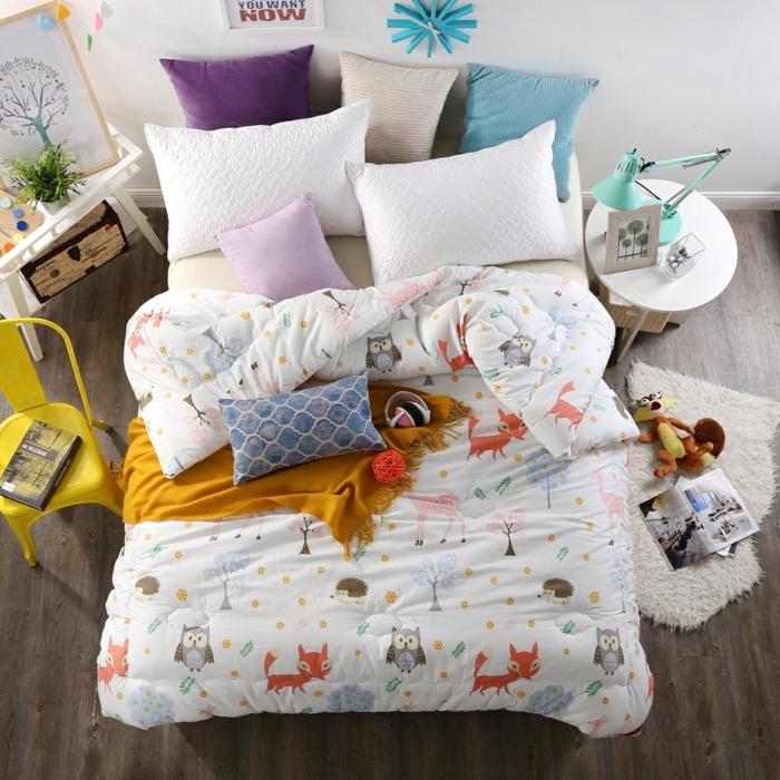 matelas nid douillet, chambre d'enfant, coussins décoratifs, chaise jaune, tapis en fausse fourrure
