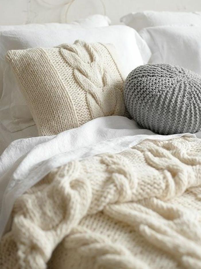 lit douillet, plaid en crochet, coussins décoratifs, linge de lit blanc