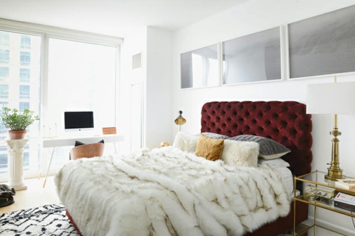comment faire un lit au carré, plaid en fausse fourrure, tête de lit bordeaux, lampe de chevet blanche