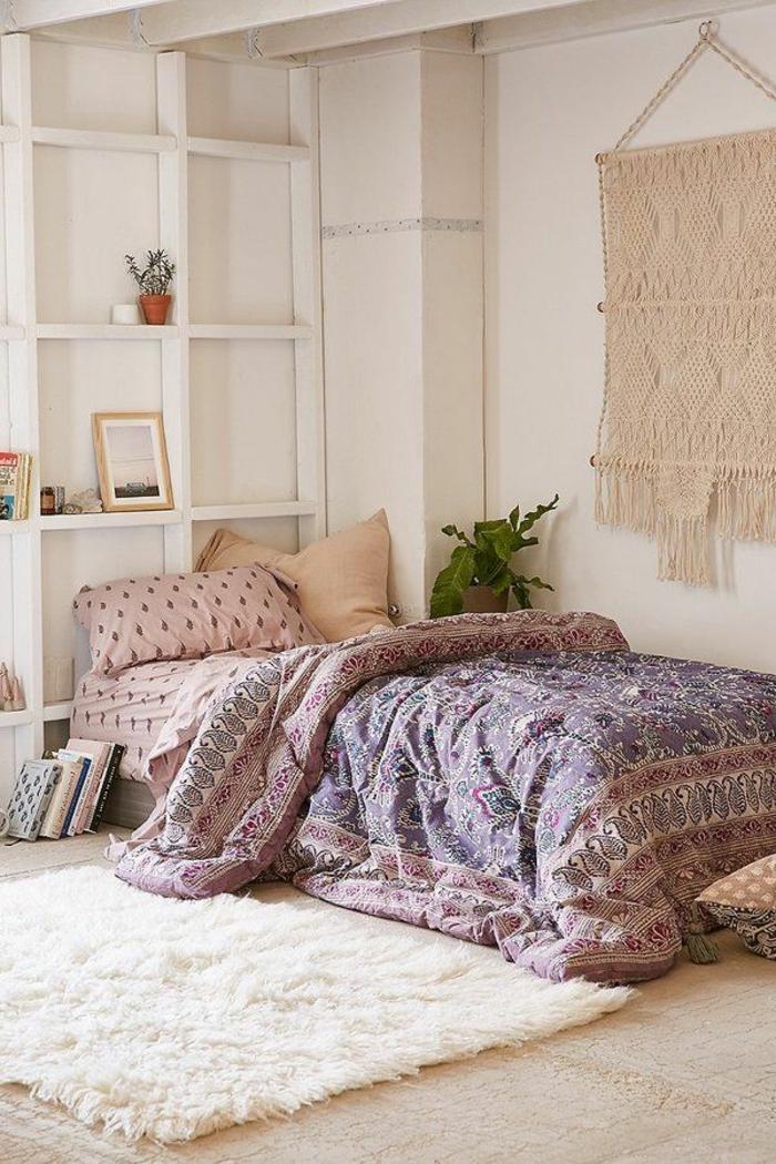 matelas nid douillet, tapis en fausse fourrure, teinture murale, boho style, étagères en bois