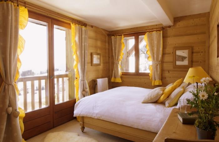 comment faire un lit au carré, rideaux jaunes, grandes fenêtres, coussins jaune moutarde
