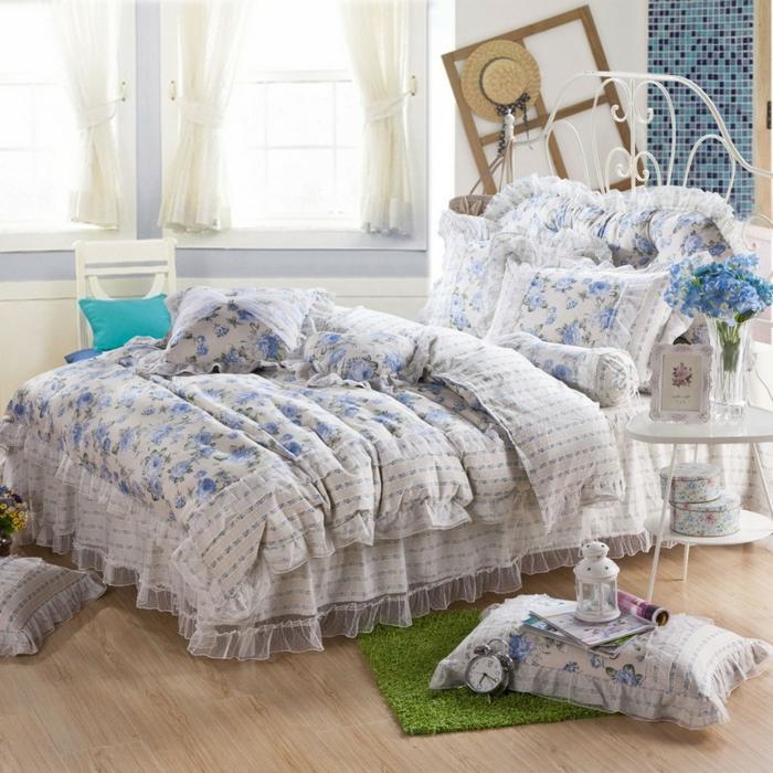 comment faire un lit au carré, linge de lit en blanc et bleu, tapis verte, parquet en bois