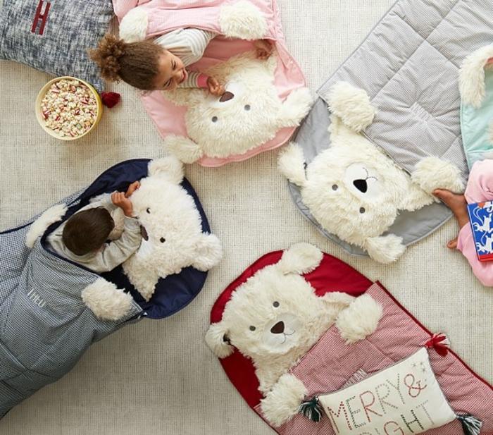 matelas nid douillet, enfants souriants, lit ours, pop corn, coussins décoratifs, lit douillet