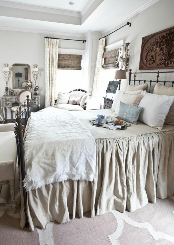 comment faire un lit au carré, banc devant le lit, miroir, coussins décoratifs, petit déjeuner dans le lit