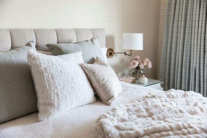 comment faire un lit au carré, tête de lit taupe, rideaux longs, bouquet de fleurs