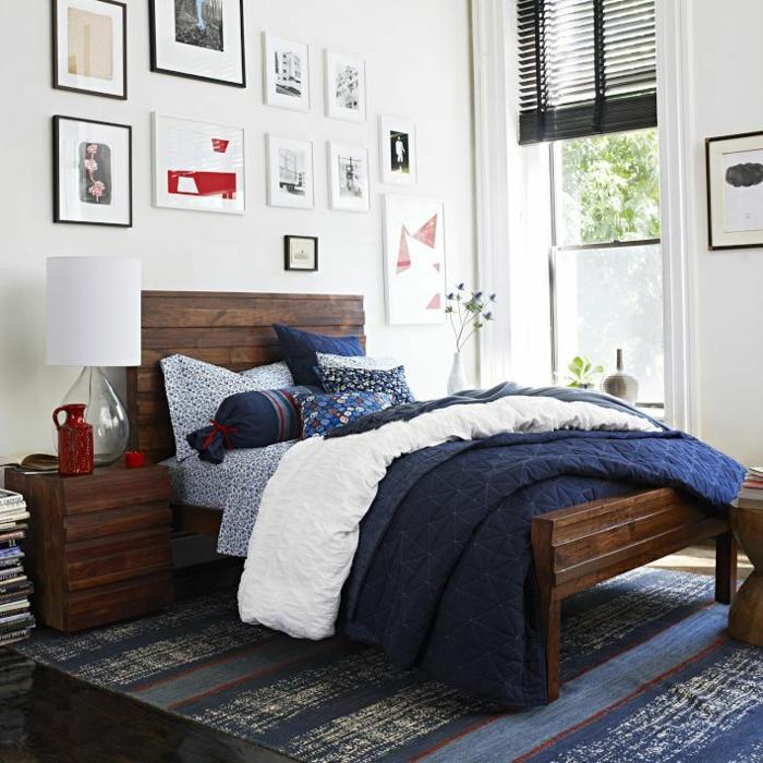 comment faire un lit au carré, cadre de lit en bois, tapis bleu foncé, cadres photos