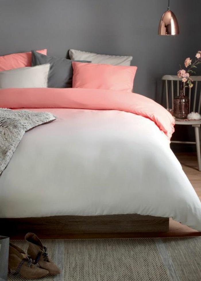 chambre rose et gris, coussins rose et gris, parure de lit blanc et rose ombré, chaise en bois en guise de table de chevet, suspension en cuivre