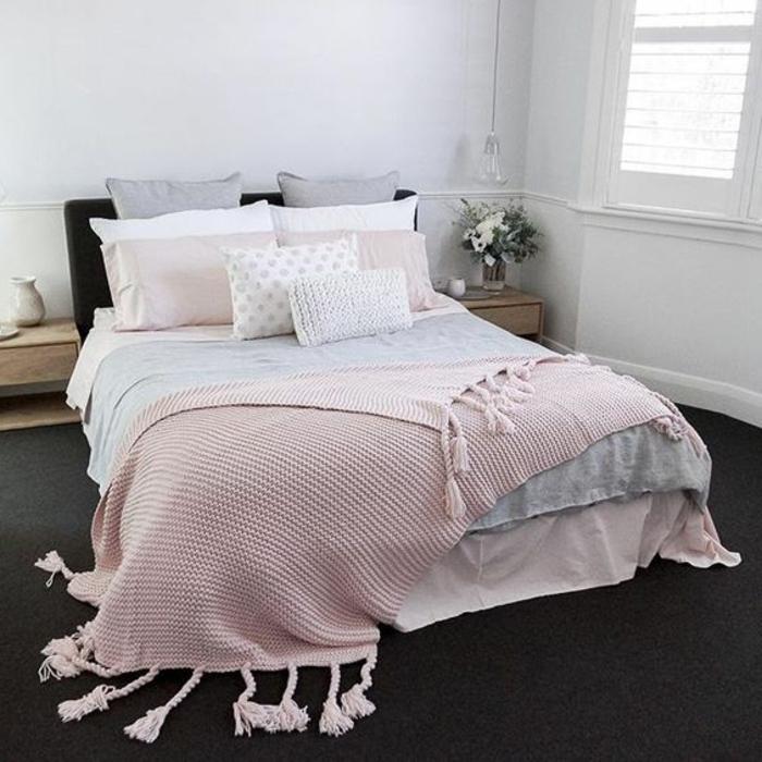 pariure de lit rose, gris et blanc, moquet gris anthracite, couleur peinture mur blanche, tables de nuit en bois, chambre rose et gris