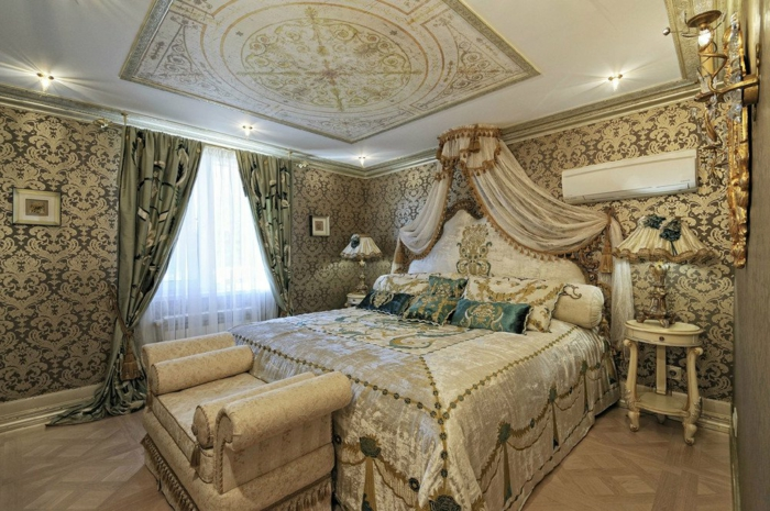 chambre baroque, décoration de plafond en or, papier peint, meuble baroque, rideaux longs verts