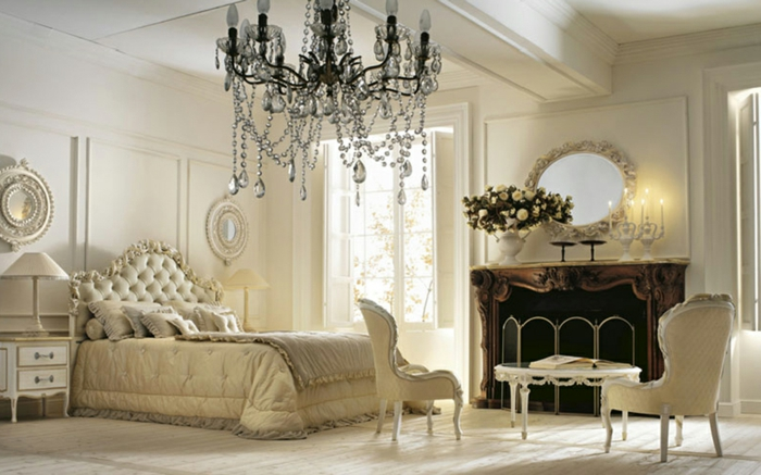 lit baroque blanc, miroir ovale, décoration baroque, lustre en cristaux, murs blancs, chambre baroque