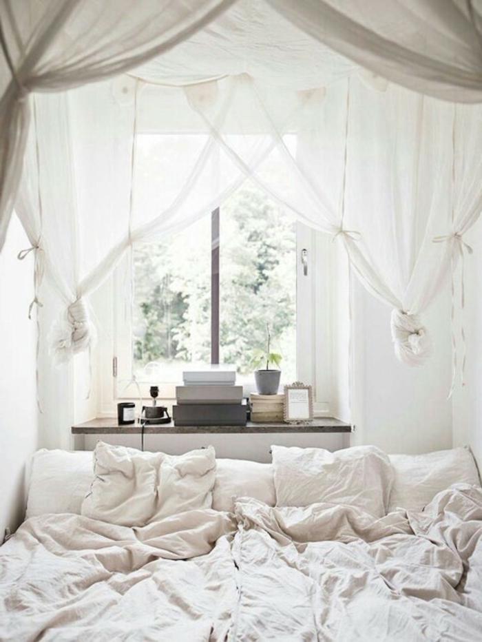 le nid douillet, livres, linge de lit blanc, lit à baldaquin, étagère en bois