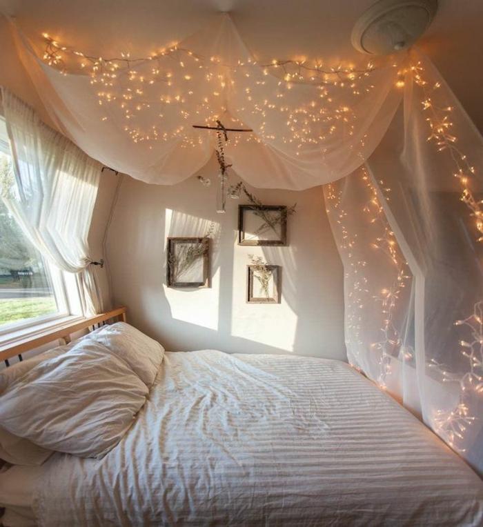 le nid douillet, grand lit à baldaquin, guirlande lumineuse, cadre photos en bois
