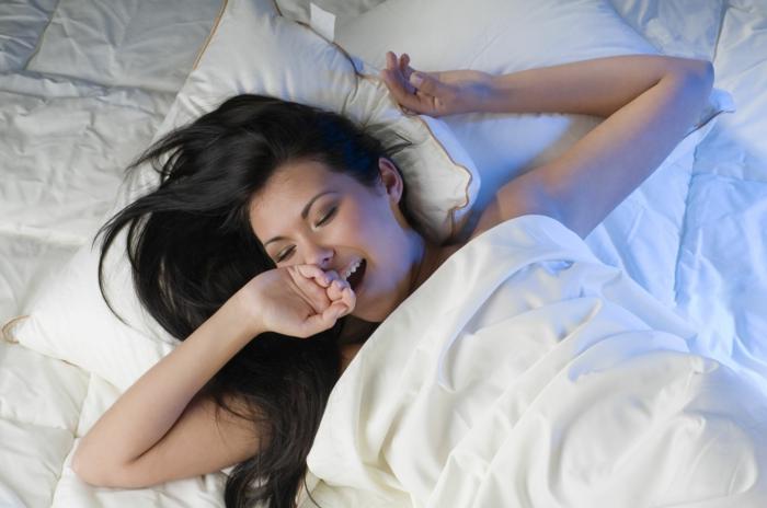 matelas nid douillet, linge de lit blanc, fille endormie, lit douillet