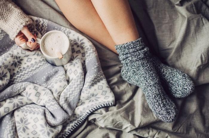 matelas nid douillet, couverture de lit kaki, plaid en décoration noel, tasse de chocolat chaud, manucure foncée