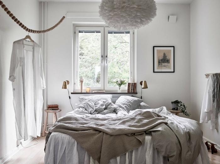 le nid douillet, lustre en papier DIY, jeté de lit en beige, photo blanc et noir, lampes de chevet