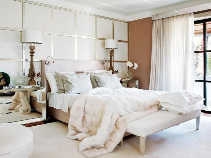 comment faire un lit au carré, grande fenêtre, rideaux longs, couverture de lit blanche