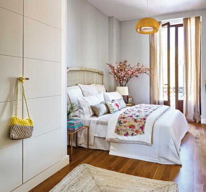 le nid douillet, parquet en bois, tapis beige, rideaux longs, couverture de lit en motifs floraux