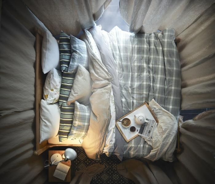 comment faire un lit au carré, petit déjeuner au lit, lampe de chevet allumée, coussins décoratifs
