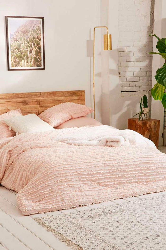 comment faire un lit au carré, couverture de lit en rose pastel, photo de cactus, mur en briques