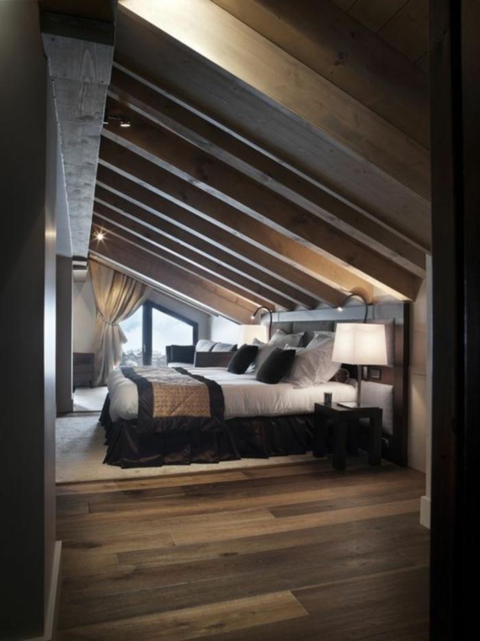 lit en bois, toit en bois, tapis blanc cassé, parquet stratifié marron, linge de lit blanc et noir, déco chambre sous pente