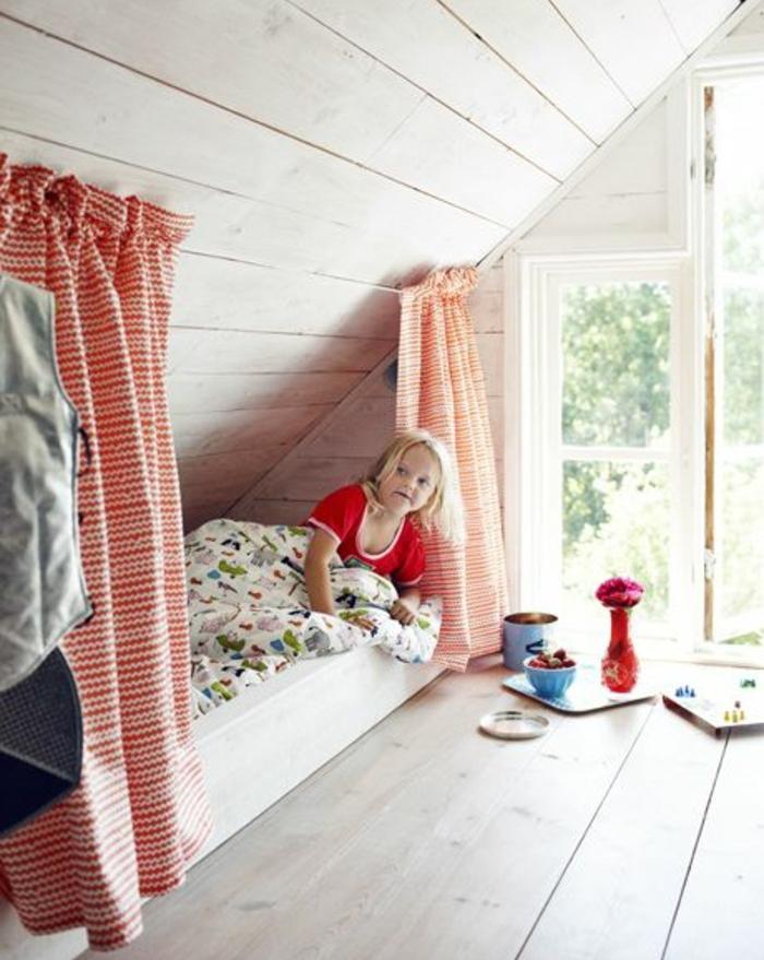 chambre mansardée, idée déco chambre enfant, parquet clair, lit blanc à même le sol, rideaux en rouge et blanc, grandes fenêtres