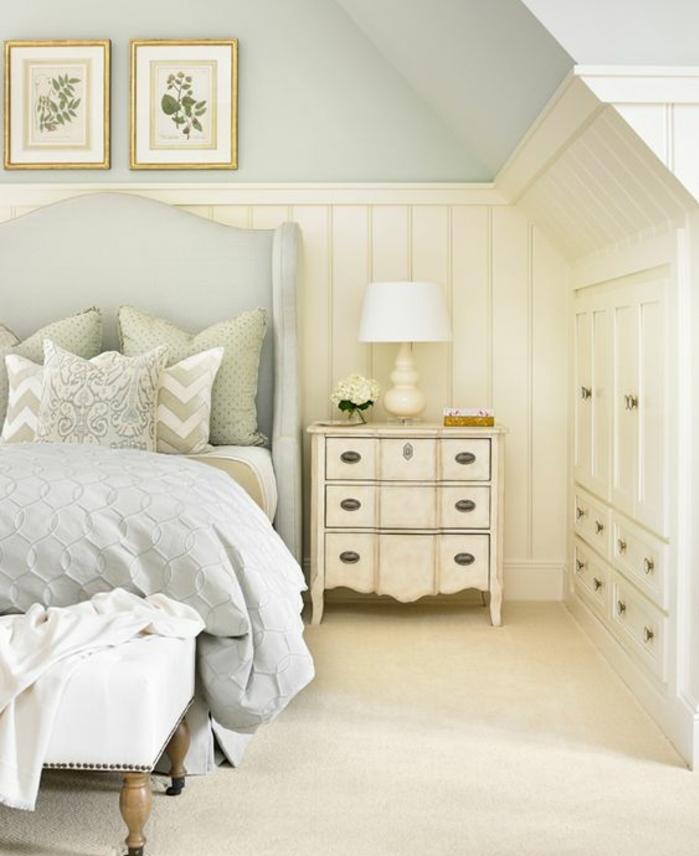 chambre mansardée, couleur mur gris lcair, lit et linge de lit gris, meuble de nuit vintage avec tiroirs, meuble sous pente blanc, deco murale, tapis blanc, bout de lit vintage
