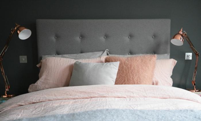 couleur mur gris anthracite, lampes de chevet en cuivre, linge de lit rose et gris, lit gris, peinture chambre adulte