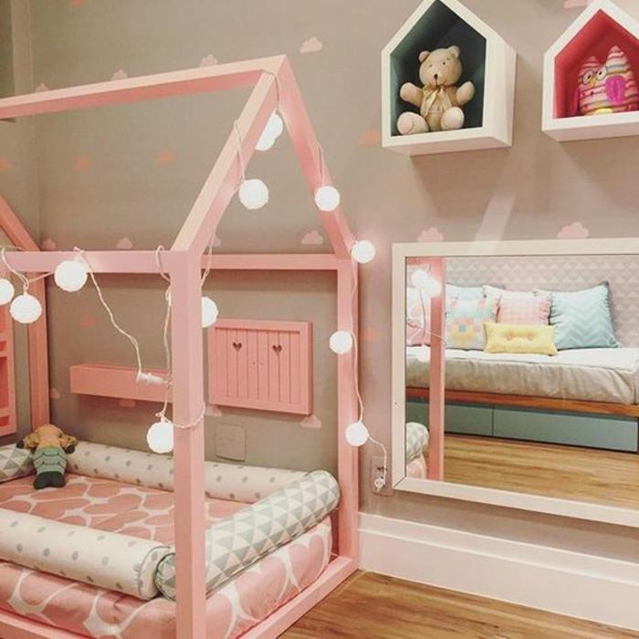 lit maisonnette rose, guirlande lumineux, matelas rose, miroir bas, rangement jouets, petites maisonnette en bois, parquet clair, pédagogie montessori amenagement chambre