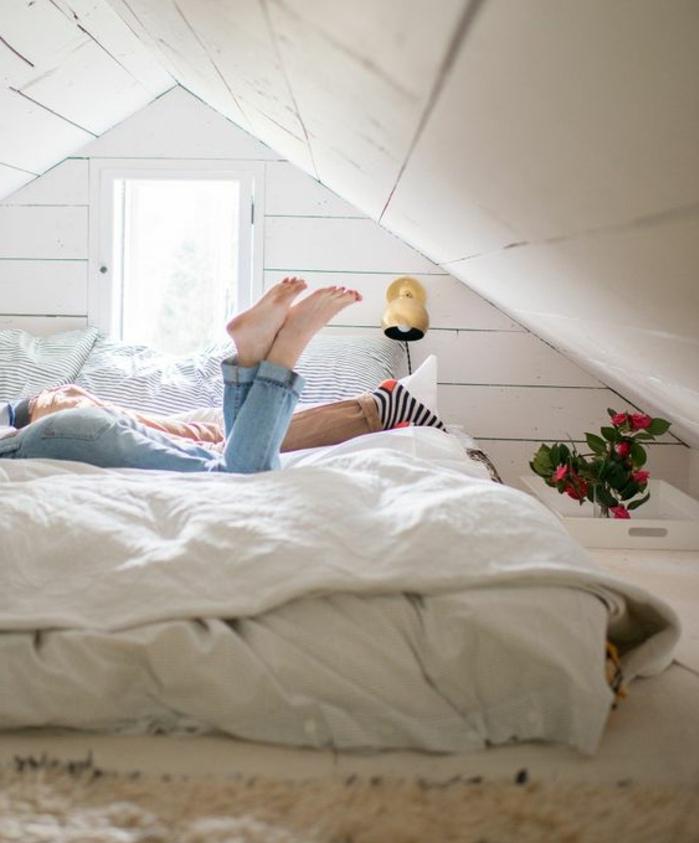 lit matelas posé à même le sol, tapis blanc cassé, linge de lit blanc, amenagement combles, piece mansardée, plante, couleur mur blanc