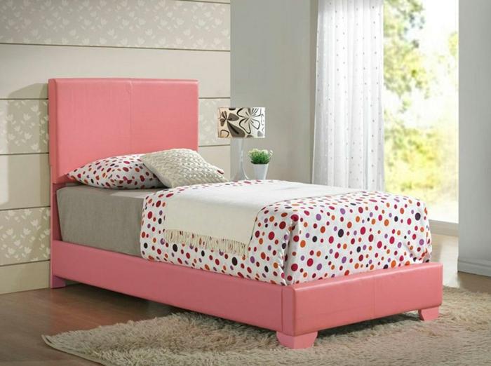 tapis gris, lit rose saumon, mur couleur grise, parure de lit blanche à points multicolore, rideaux blancs, parquet clair, decoration chambre fille