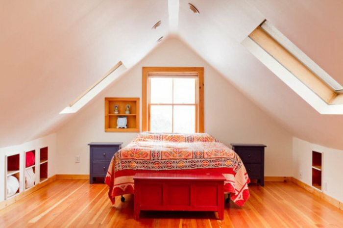 amenagement combles, parquet stratifié marron, couverture de lit motifs orientaux, mur couleur blanche, rangements intégrées