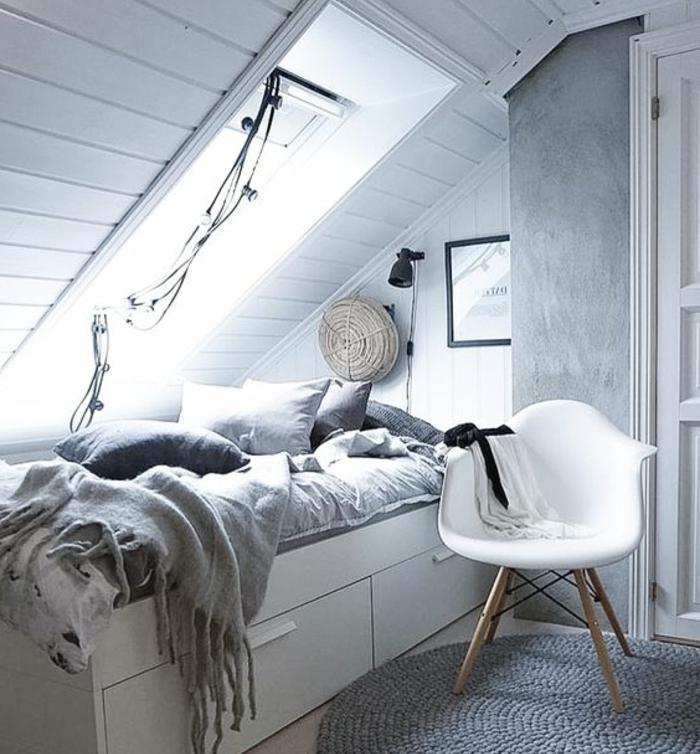 lit blanch avec rangements, linge de lit gris, couleur mur blanc, deco art mural, tapis gris, chaise scandinave, déco chambre sous pente