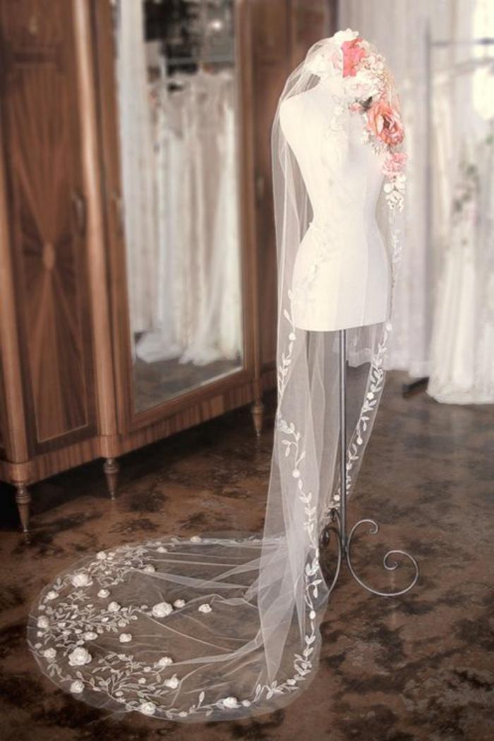 accessoire mariage traditionnel, un voile nuptial brodé de fleurs