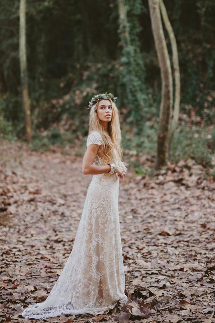 une robe simple et chic en dentelle dans une coupe longue et fluide