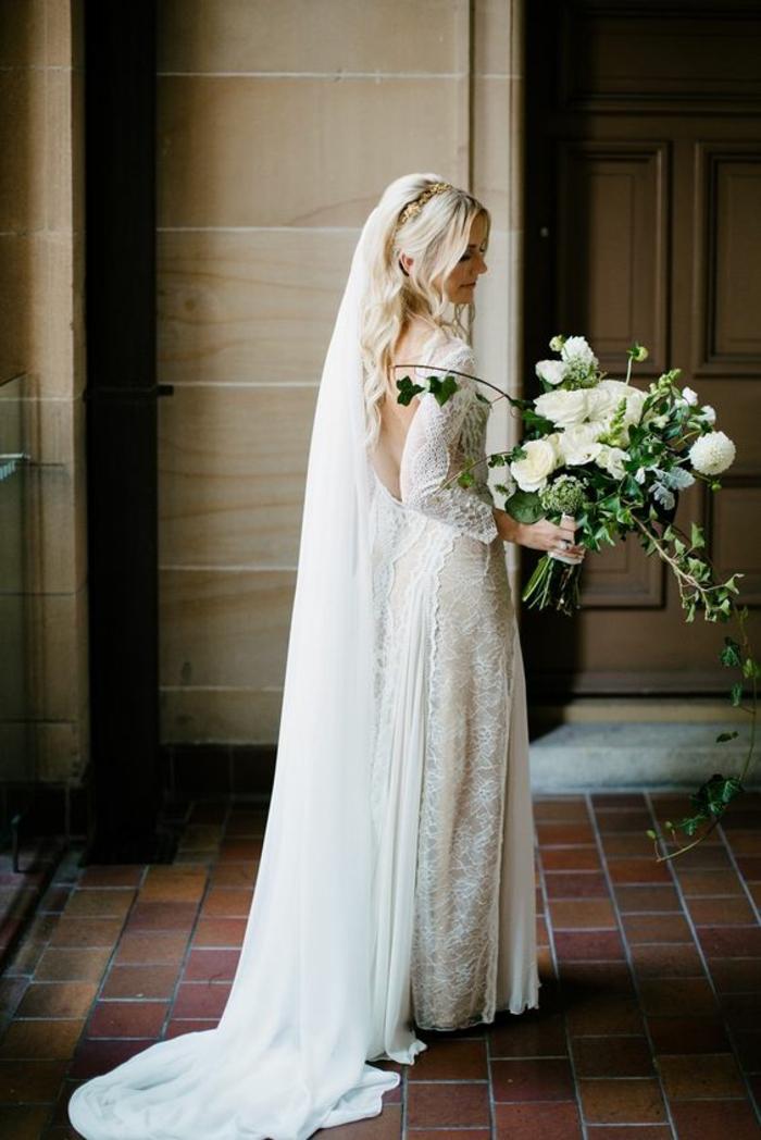 Vision bohème chic. Sauvegarder. coiffure de mariage romantique avec voile,  robe de mariée manches longues en dentelle