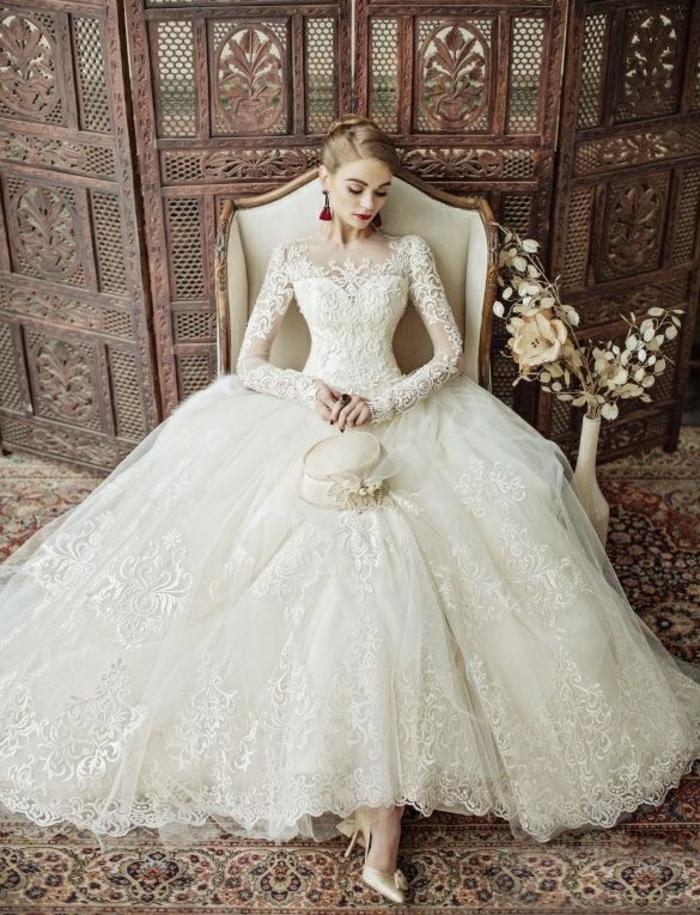 une robe de mariée manche longue dentelle, modèle élégant à jupe volumineuse