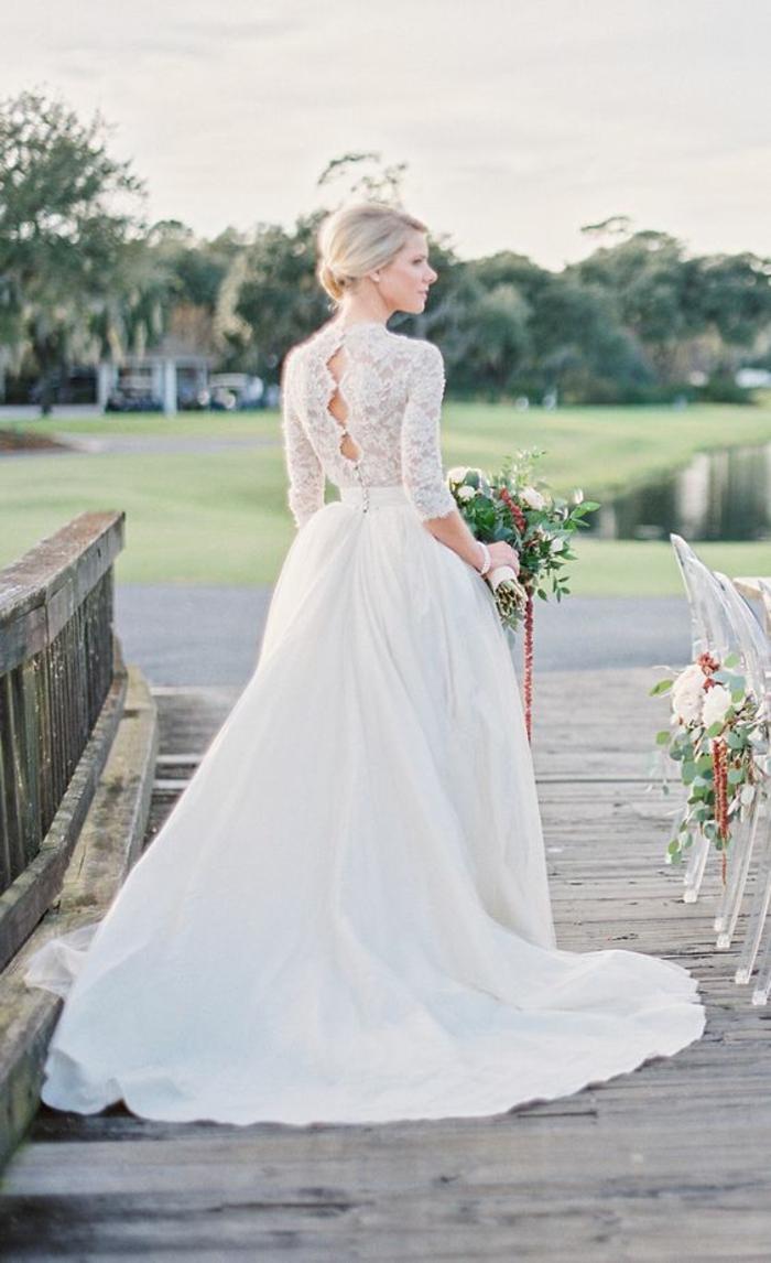 robe de mariée simple et chic à manches longues dentelle, dos boutonné
