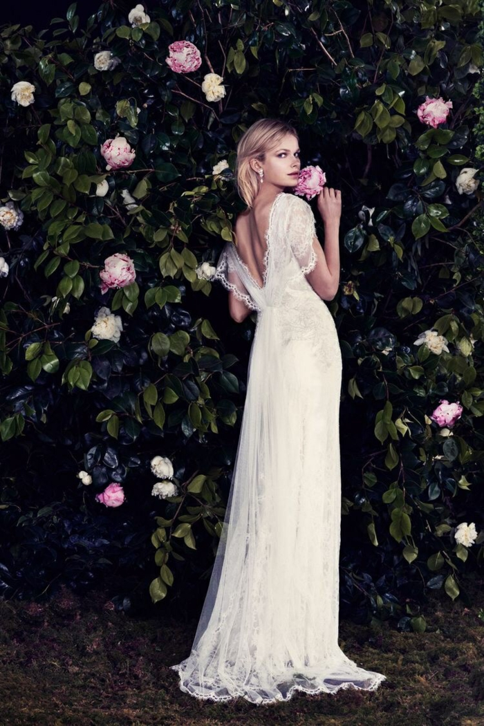 une robe de mariée vintage à dos nus plongeant et manches en dentelle