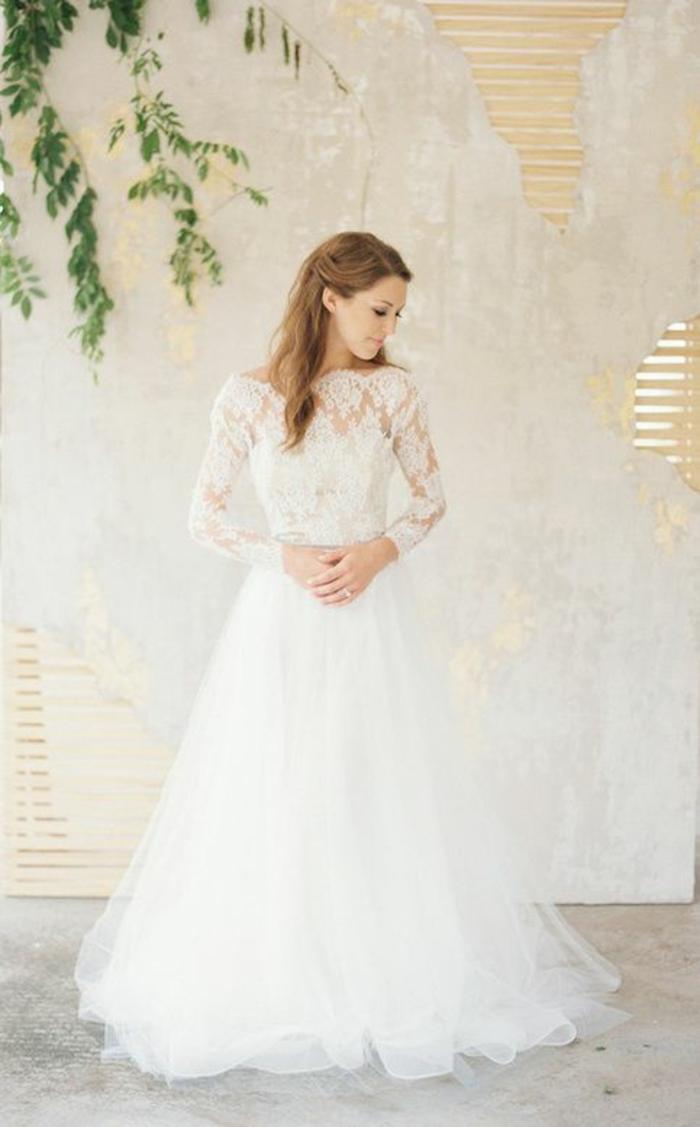 robe de mariée dentelle traditionnelle à col bateau, jupe en tulle volumineuse