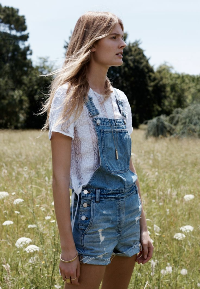 porter une salopette en denim, t-shirt blanc en dentelle, cheveux blonds