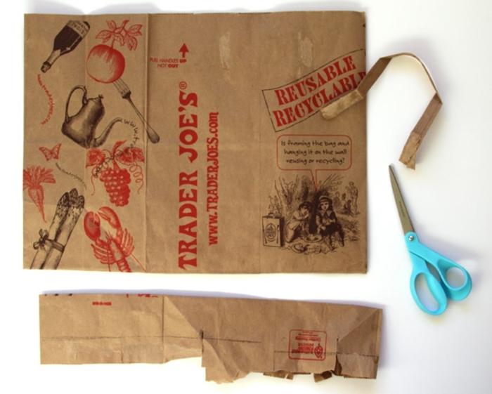 tuto origami, matériaux nécessaires, paire de ciseaux bleus, sac d'épicerie recyclé