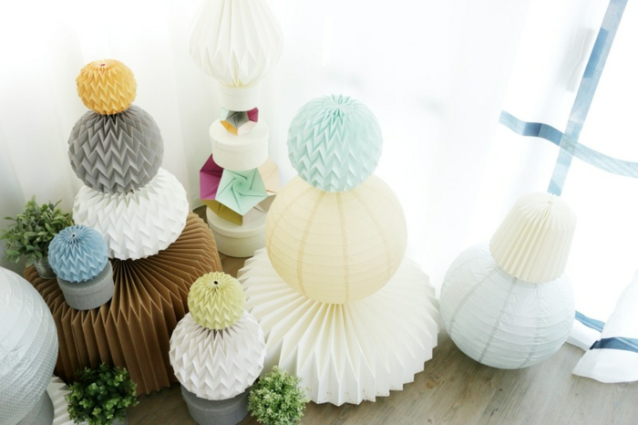 lampe origami, boules à tailles et couleurs différentes, parquet en bois, plantes vertes