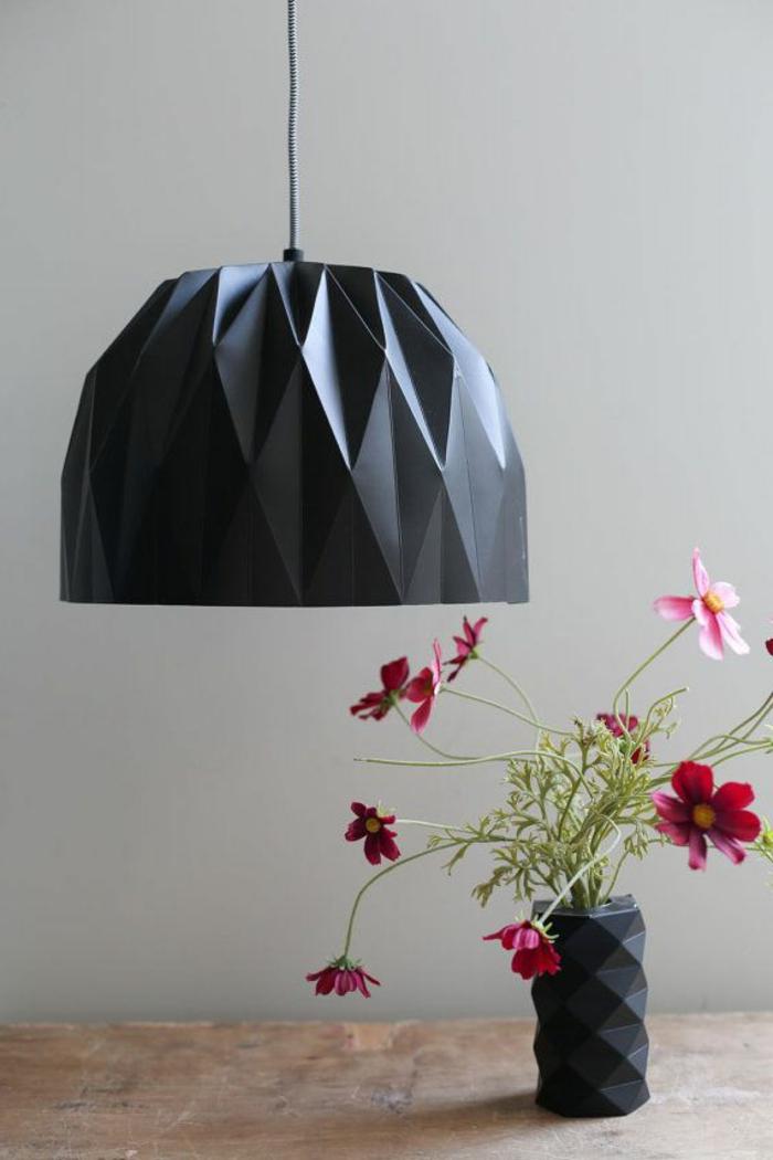 suspension origami, lampe en papier noire, vase à motifs origami, table en bois
