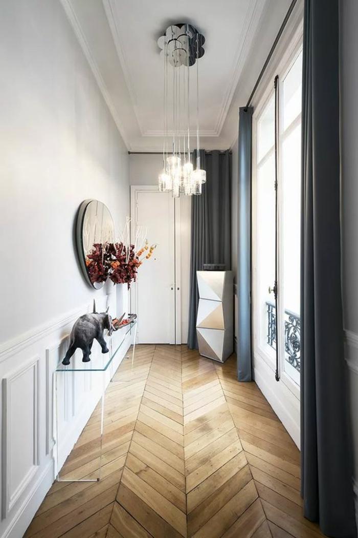 maison minimaliste, table console acrylique, sol parqueté, lampes pendantes