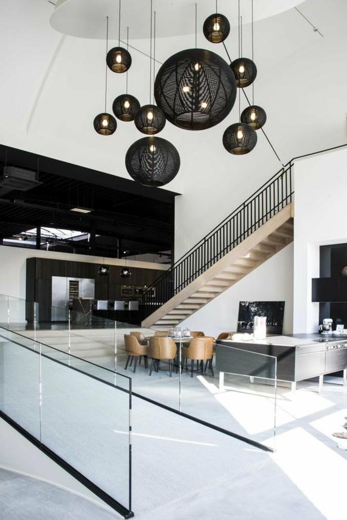 maison minimaliste, cuisine espace ouvert, surfaces blanches et plafonniers noirs
